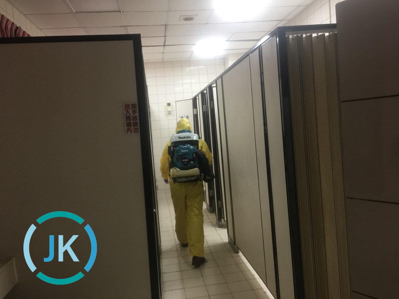 防疫消毒大隊,針對機構室內經常接觸的電梯按鈕、手扶梯、地面、桌椅、電話筒等,和浴廁水龍頭、廁所門把、馬桶蓋及沖水握把,每天至少消毒1次,假設顧客人數眾多且頻繁出入,可適度提高消毒頻率。
