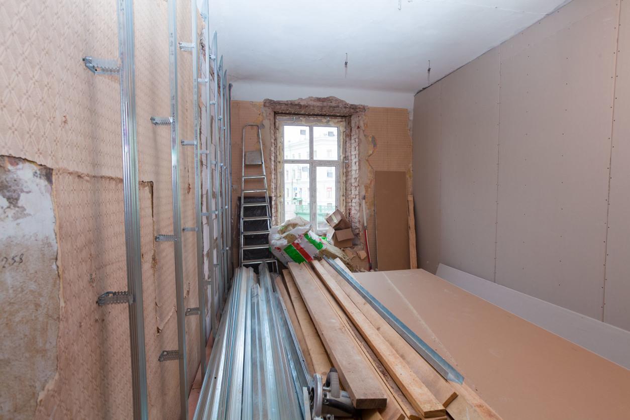 甲醛是一種無色無味有刺激性的氣體。中國市場幾乎所有的人造板、各種膠合板、密度板,複合地板,某些裝飾部、裝飾紙、塗料,都含有甲醛。
