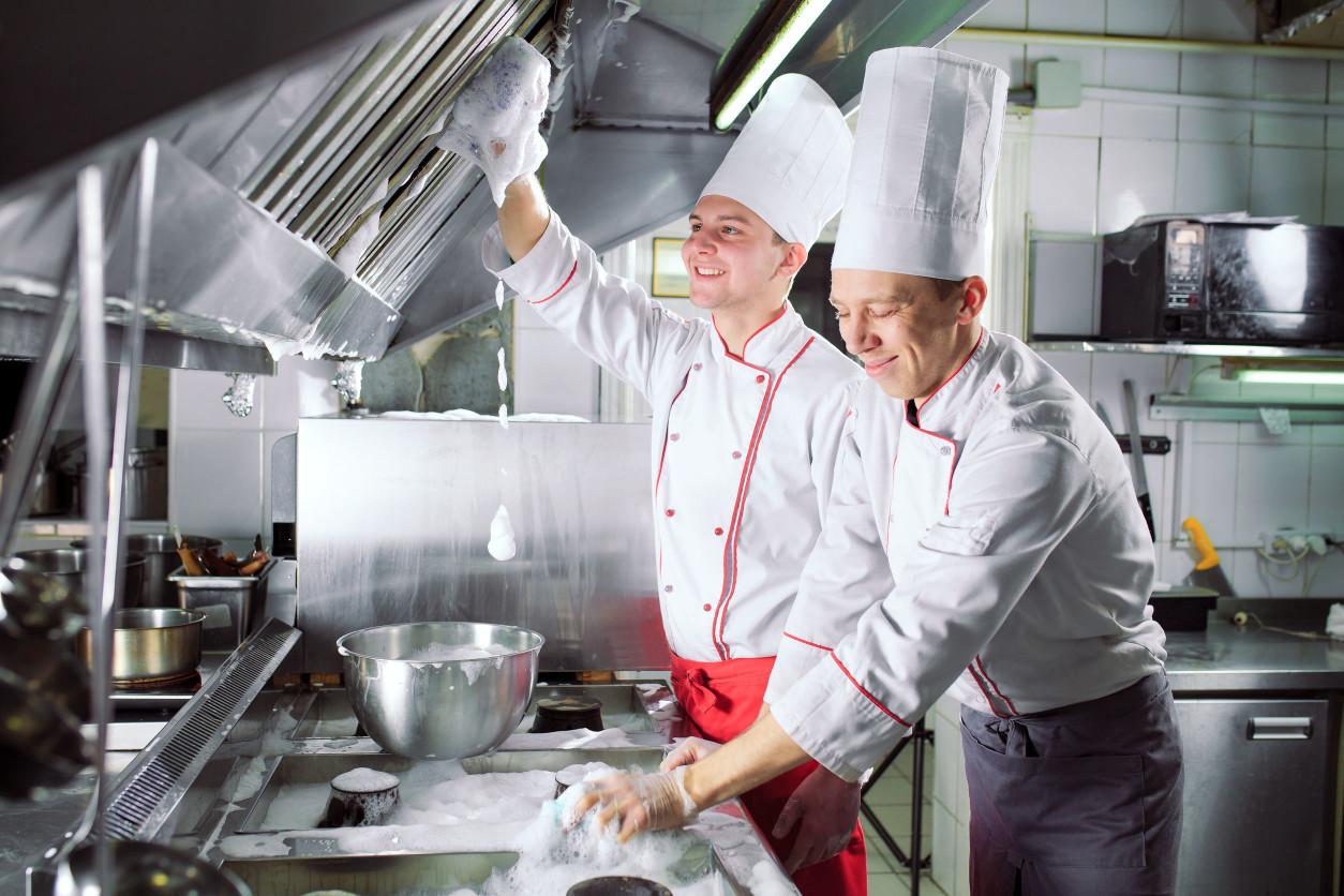 飲食店家對於環境衛生的日常清潔,可以降低現場有害生物的孳生與微生物