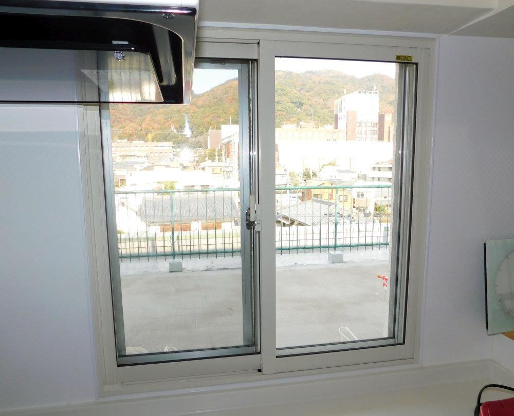 門窗緊閉,卻還是有飛蚊?為了防堵室內飛蚊出沒,大部分的住家都有安裝紗窗、紗門以在保持空氣流通的同時預防蚊蟲入侵,不過卻常常還是有漏網之「蚊」,甚至有時候出現在超越牠們15公尺飛行高度極限的樓層出沒。